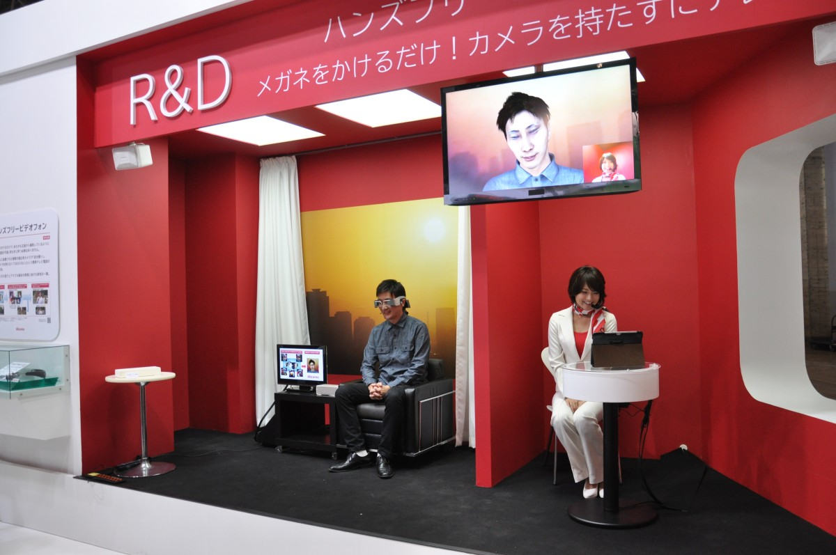 05439727-photo-lunettes-visioconference-ntt-docomo-ceatec-2012